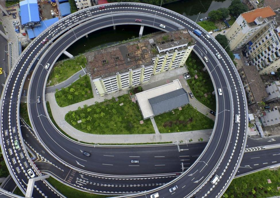 многоэтажка рядом с автомагистралью